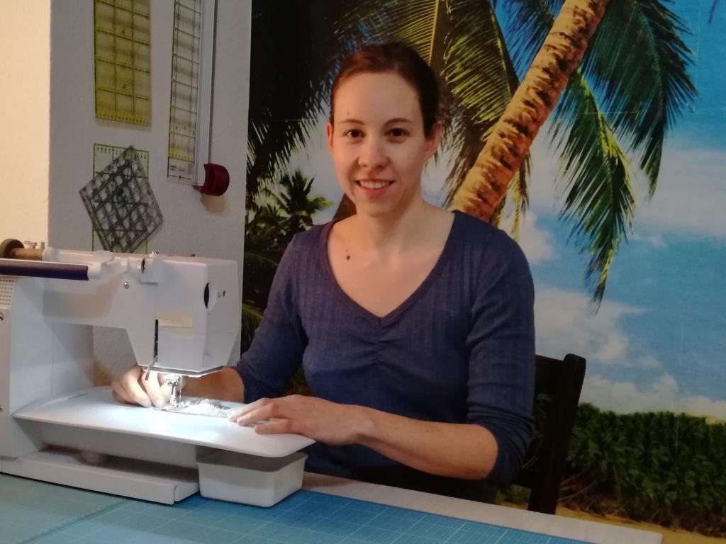 Klara flickenreich an der Nähmaschine